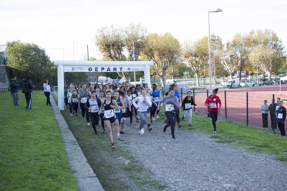 La course achevée, les collégiens ont participé aux commémorations en déposant une gerbe au pied du Poilu.