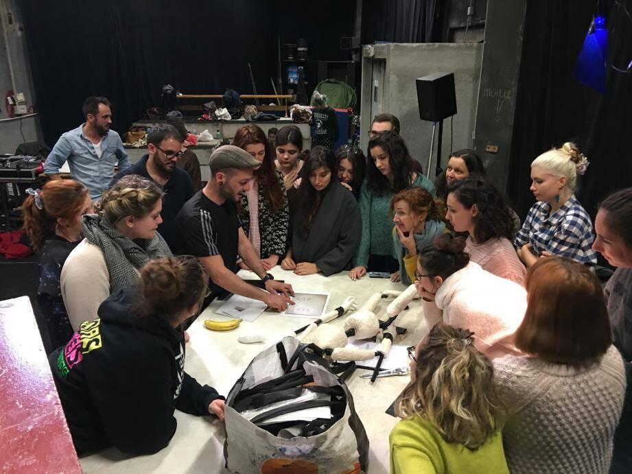 La troupe de Félicien Chauveau (au fond à gauche) est particulièrement investie dans la transmission.