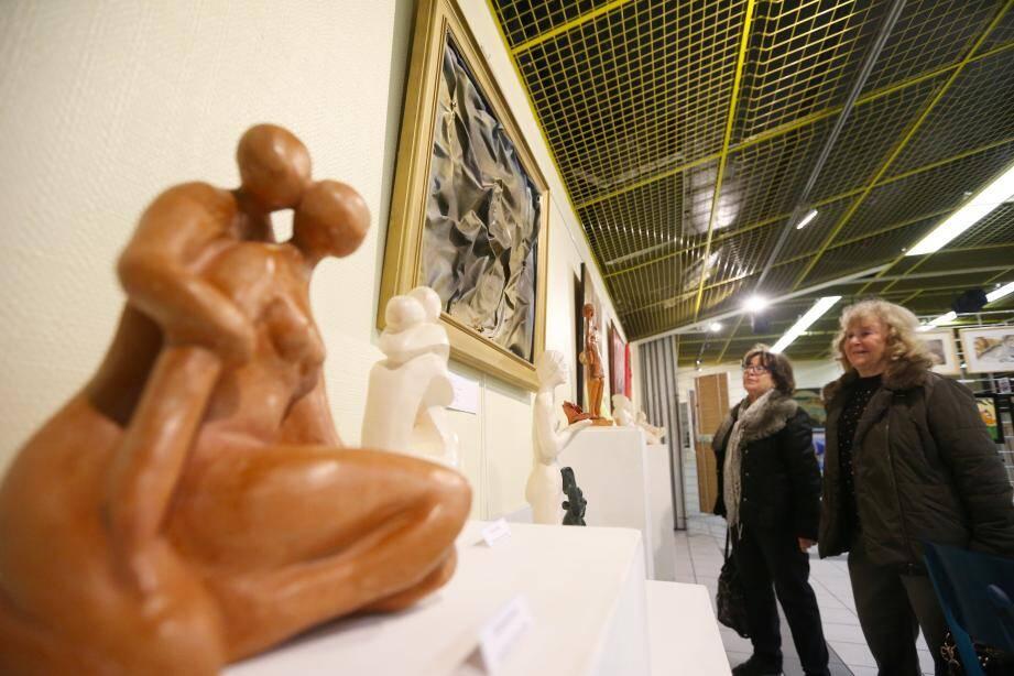 Plus d'une centaine d'œuvres sont visibles jusqu'à dimanche. Entre peintures - ci-dessus, Dominique Kreder et l'une de ses aquarelles - sculptures (à l'instar de ce Jazz Mind en terre cuite), collages ou photographies, il y en a pour tous les goûts.
