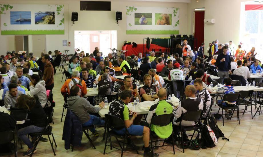 Beaucoup de monde pour un repas convivial, salle Trastour, après la course.