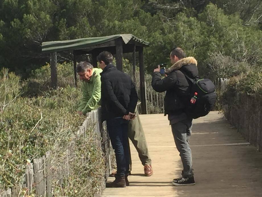 La côte, l'étang du Batéguier et la Pointe du Dragon au menu de l'équipe de tournage hier. Ci dessus à droite Gérald Aurino, présentateur et Vincent Kulesza, naturaliste.