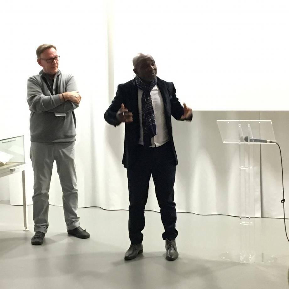 Mahamadou Siribié, au centre, conseiller municipal à la Francophonie, à la Citoyenneté et à l'Intégration, était présent au vernissage de l'exposition.