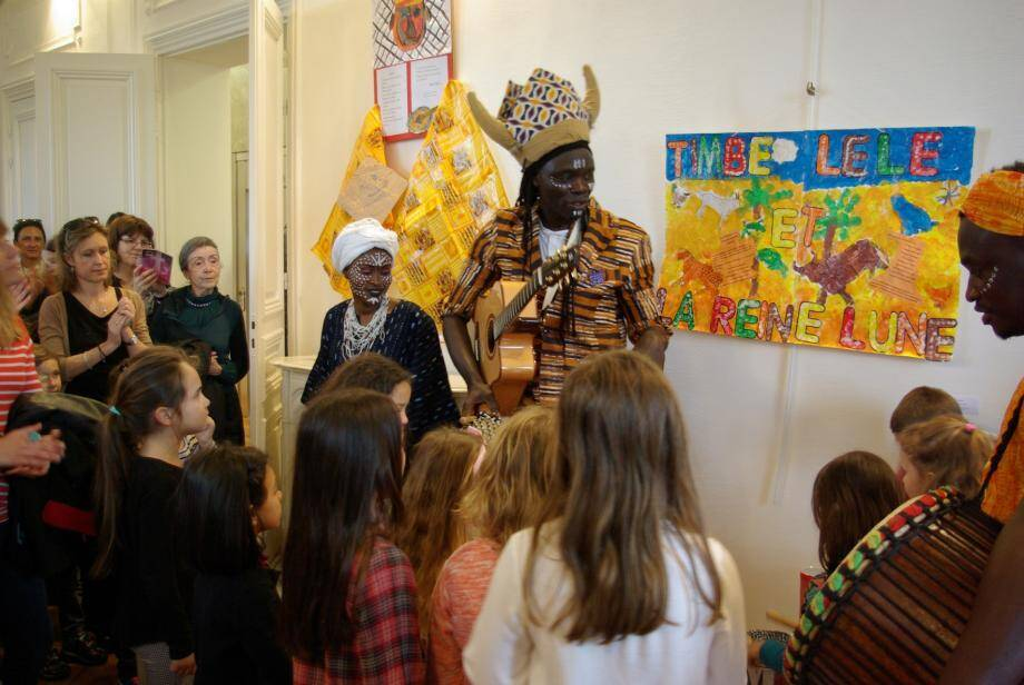 Le conteur Aly Mbaye a raconté son Afrique, sa musique et ses traditions tout en faisant le tour des pièces créées par les enfants du canton.