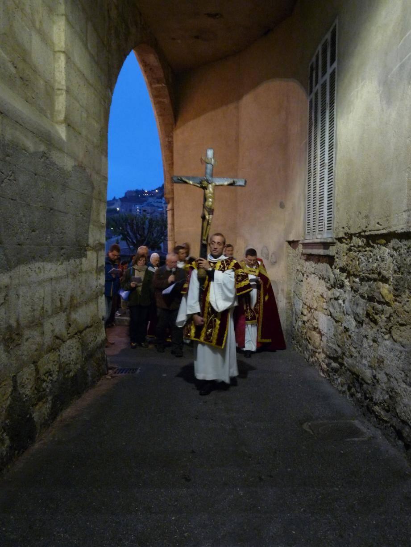 Après la messe, les fidèles ont marqué les 14 stations du Christ dans la vieille ville.