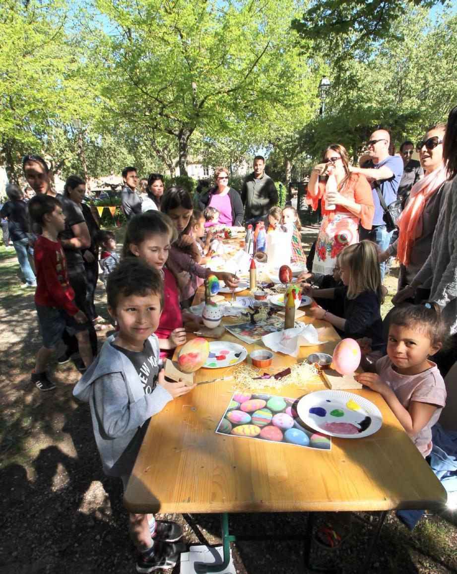 Pour ces enfants la chasse aux œufs est l'occasion de laisser libre court à leur sensibilité artistique.