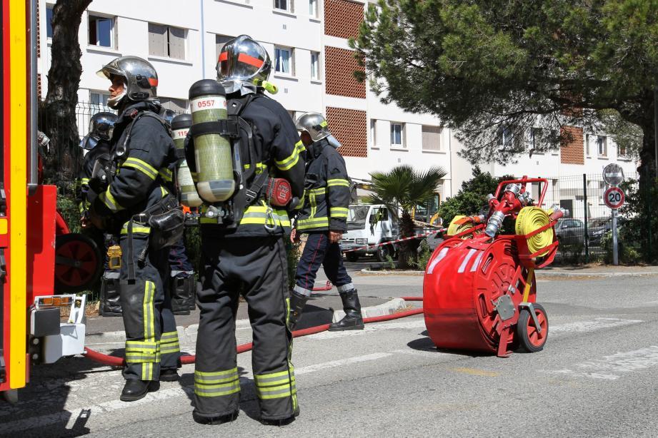 Au chemin des Combes à Antibes (en haut) comme sur l'avenue Henri-Barbusse à Vallauris (en bas), les pompiers et les équipes de GRDF ont sécurisé le périmètre.