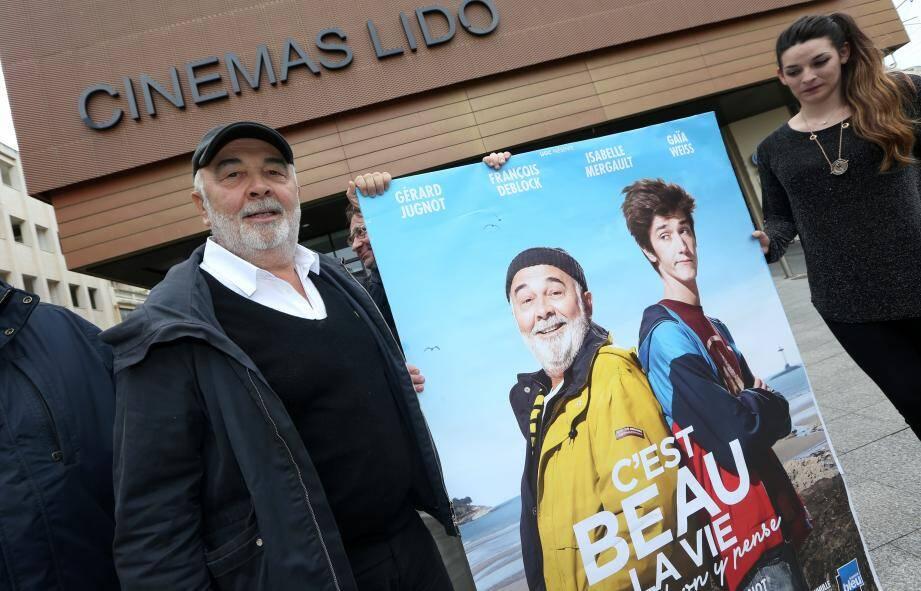 Gérard Jugnot avec l'affiche de son dernier film.