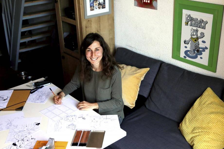 Monica Pierrel, alias Mo Pi, dessine au stylo puis numérise son travail afin de raconter l'histoire de Pizzly, petit ourson gris que l'on peut apercevoir sur le mur derrière elle.