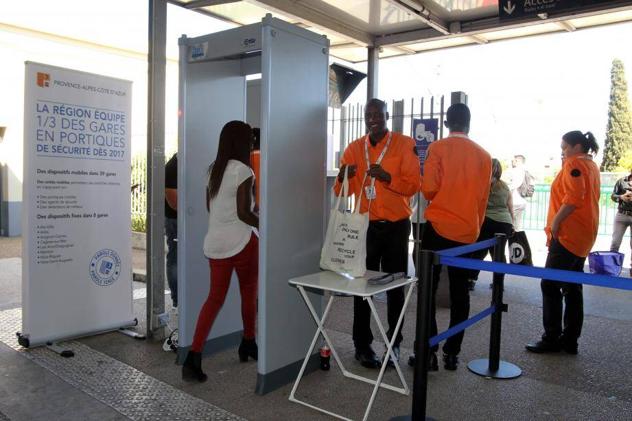 Philippe Tabarot (photo de droite), vice-président au conseil régional en charge des transports, est venu, mardi en fin de journée, à la rencontre du personnel de sécurité de la gare SNCF de Cagnes-sur-Mer.