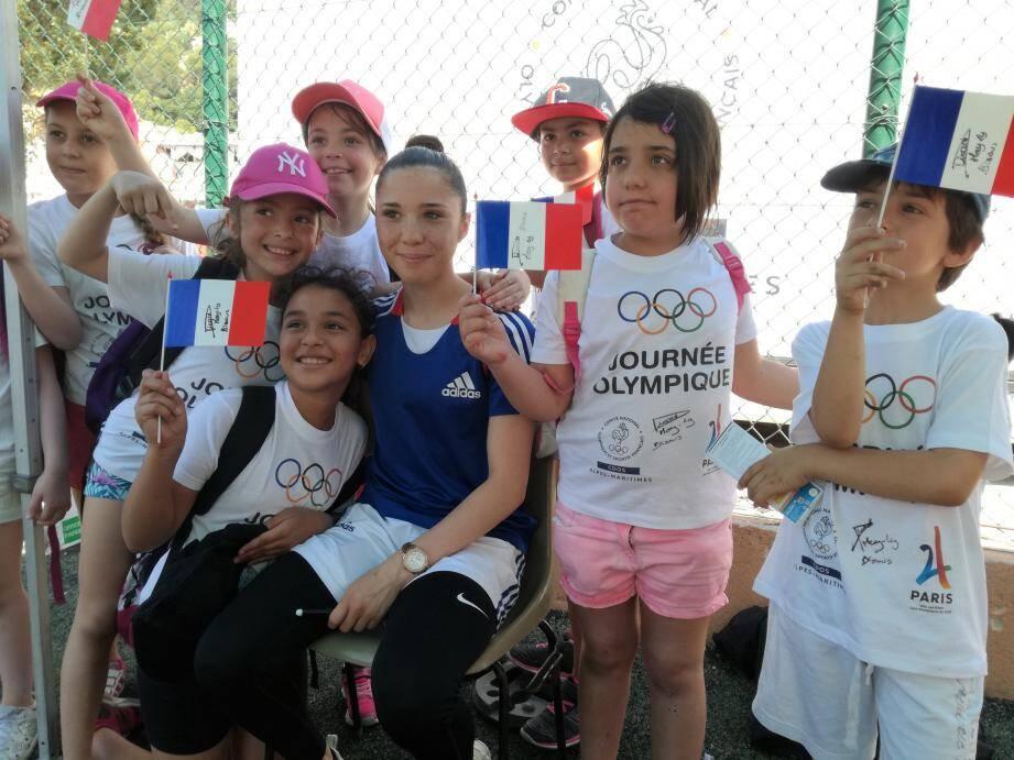 Avant de s'initier aux nombreux ateliers, notamment l'escrime (à droite), les enfants ont pu rencontrer May-Ly Picard, ambassadrice des journées olympiques et double championne de France de karaté, qui deviendra une discipline olympique en 2 020.