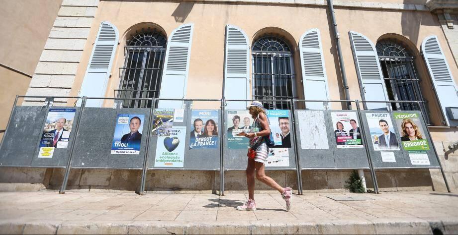 Affiches électorales avant les élections législatives à Antibes, devant la mairie.