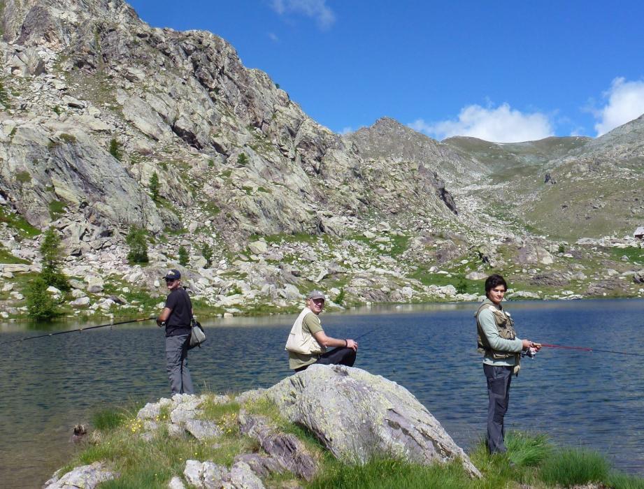 Au bord du lac Fourca, Sébastien Morgan et son neveu Gabin plaisantent : le plein est loin d'être atteint.