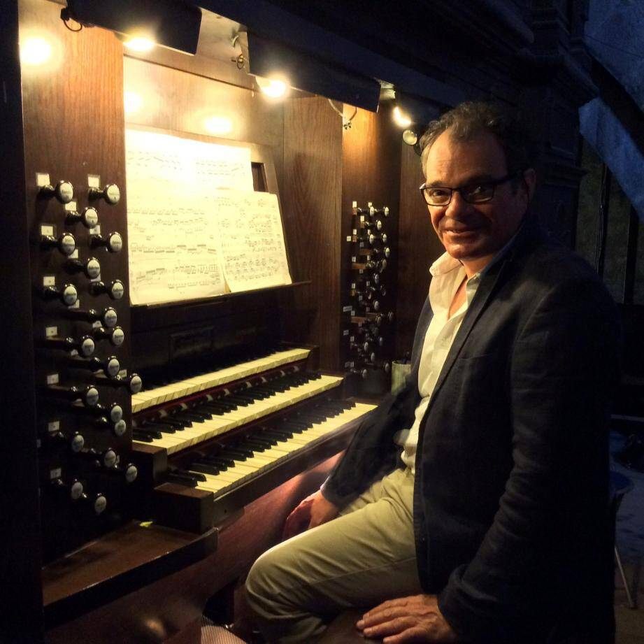Laurent Fievet est le titulaire des grandes orgues de Notre-Dame du Puy, à Grasse, et de la basilique Notre-Dame de Nice.