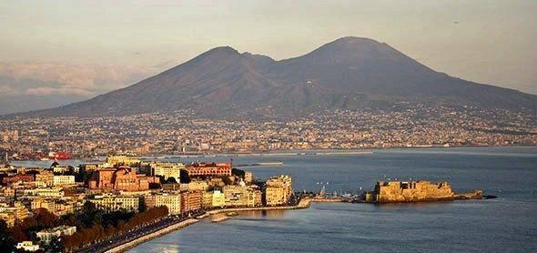 Le golfe de Naples, et en arrière-plan le Vésuve.