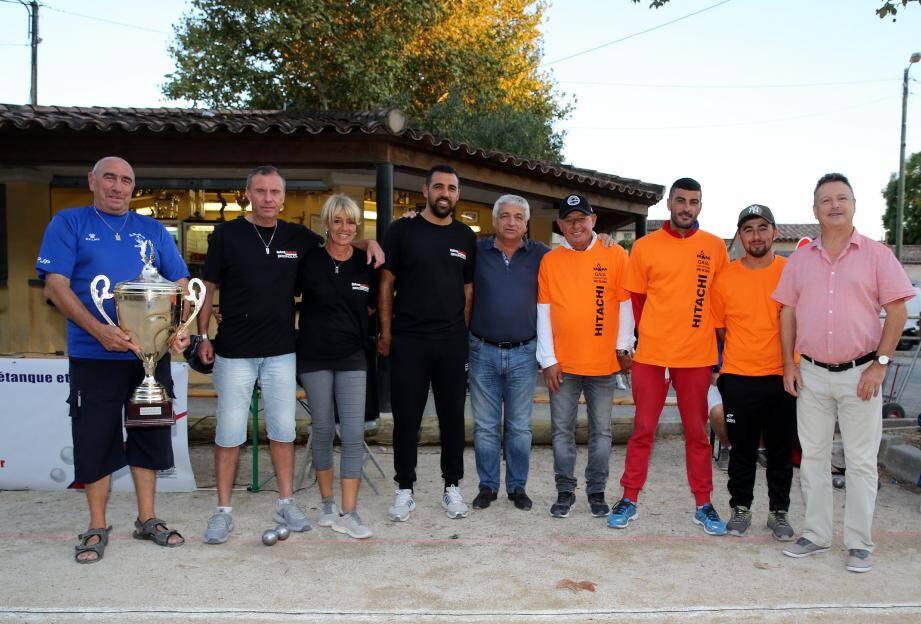 La finale a opposé la triplette Christian Tomasini, Jonathan Casanova, Marc Cognard (en orange) à celle de Thierry Terreno, Claire Gaudillière, Anthony Kerfat (en noir) en présence de Didier Brémond, maire et de son adjoint au sport, Laurent Nedjar.