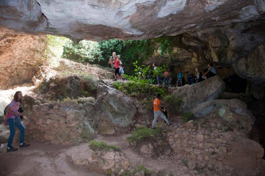 """A l'occasion de cette sortie """"nature"""", les participants ont notamment visité la grotte de Mounoï."""