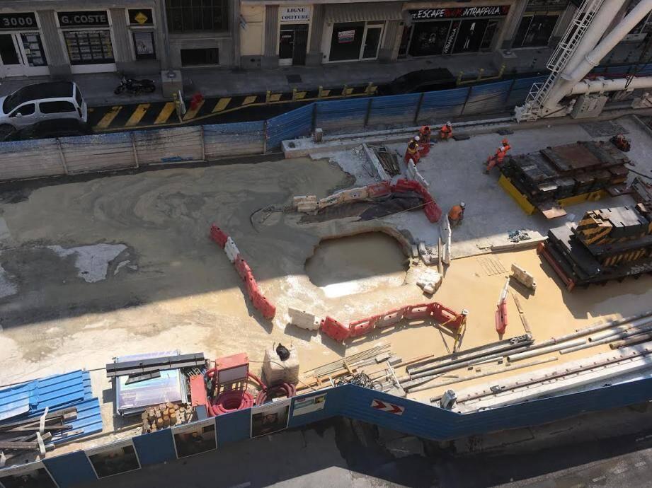 Un nouveau trou s'est formé rue de France, au passage du tunnelier qui creuse le souterrain de la ligne 2 du tramway.
