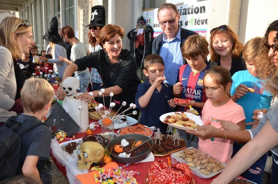Le maire, Jean-Jacques Raffaele, accompagné de Liliane Cloupet, adjointe aux affaires scolaires, sont venus participer à la fête.