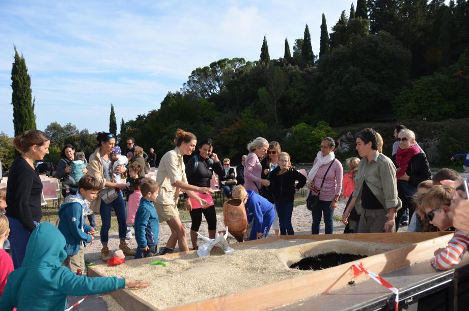 Après le spectacle, les enfants se sont précipités pour découvrir les secrets du bac à fouilles.
