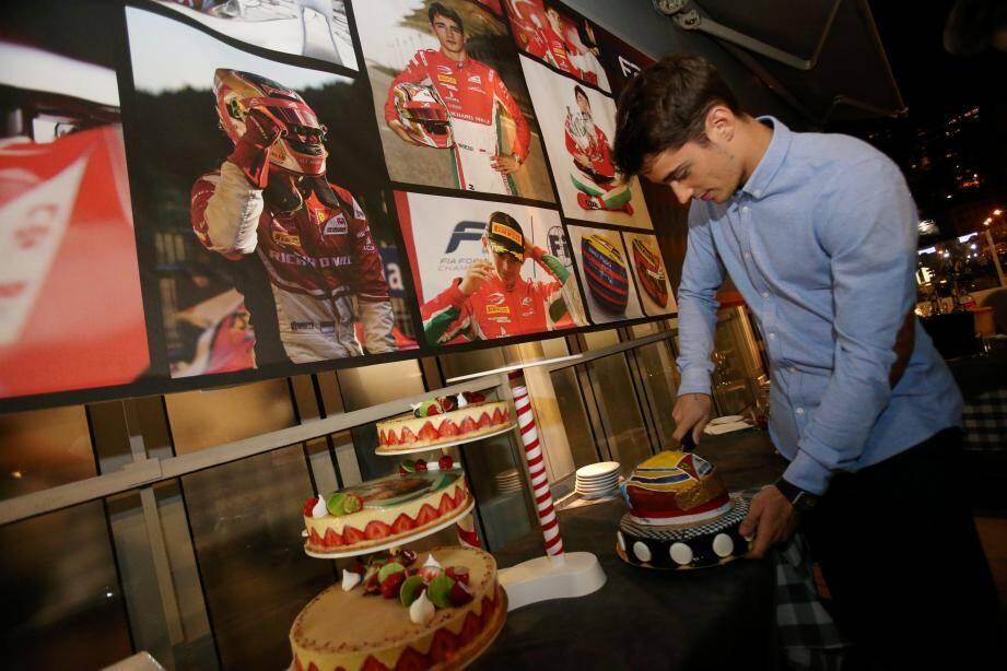 De retour à Monaco, le jeune champion du monde de GP2, Charles Leclerc fête son titre en compagnie de sa famille et de ses amis au restaurant Le Mystic.