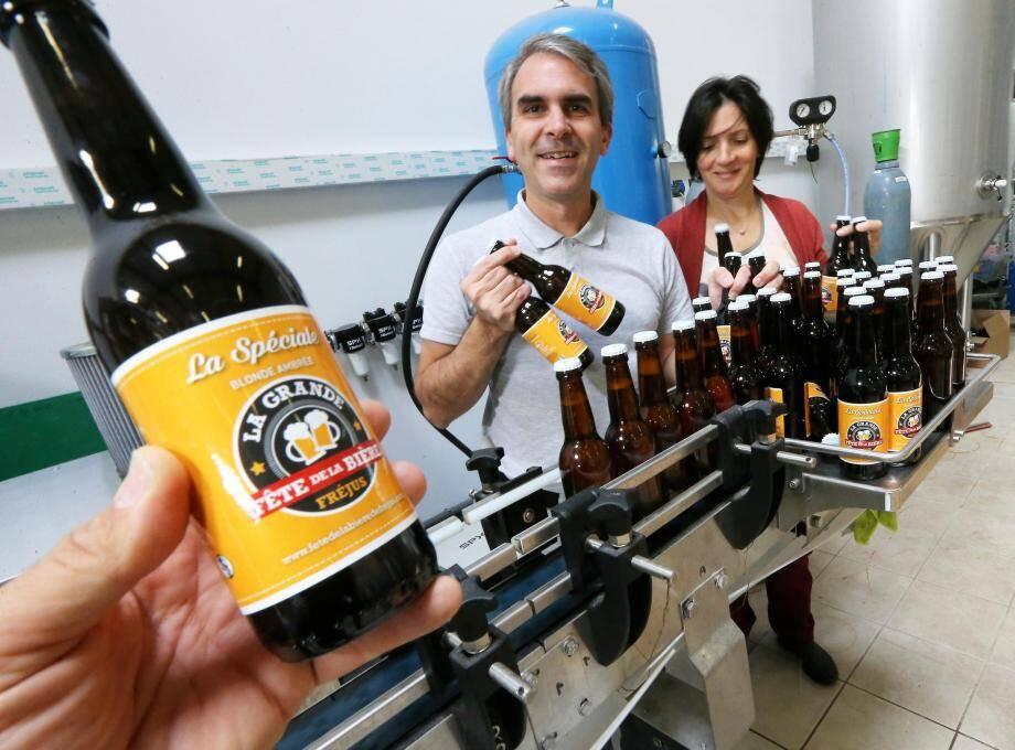 Olivier Poulard, co-fondateur des Brasseurs de l'Estérel, et Maud Patriarca (graphiste et brasseuse) en pleine séance de mise en bouteilles de la Riviera Beer spécialement brassée pour la Fête de la bière de Fréjus.