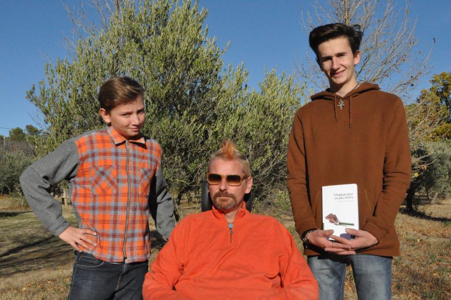 L'auteur présente son ouvrage entoure de ses fils Victor et Thomas.