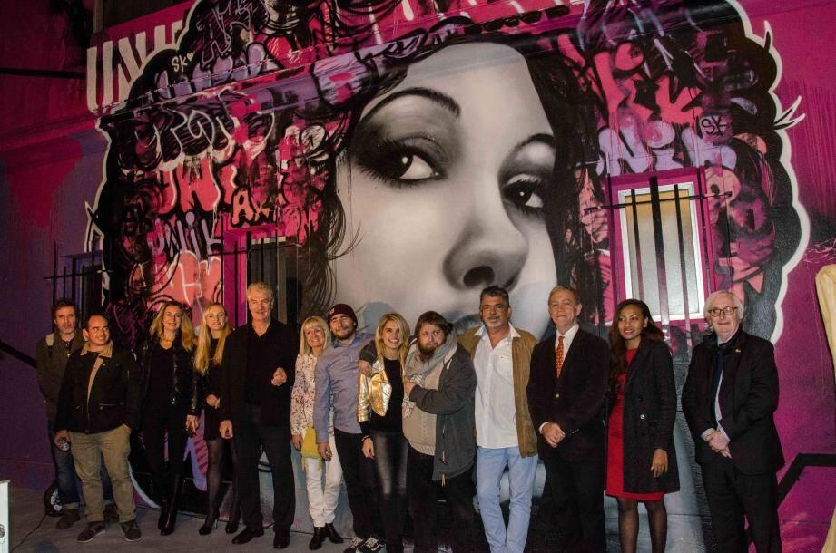 Valentine entourée d'environ 30 artistes embarqués dans l'aventure « Unik Art » et du maire Gérard Spinelli.