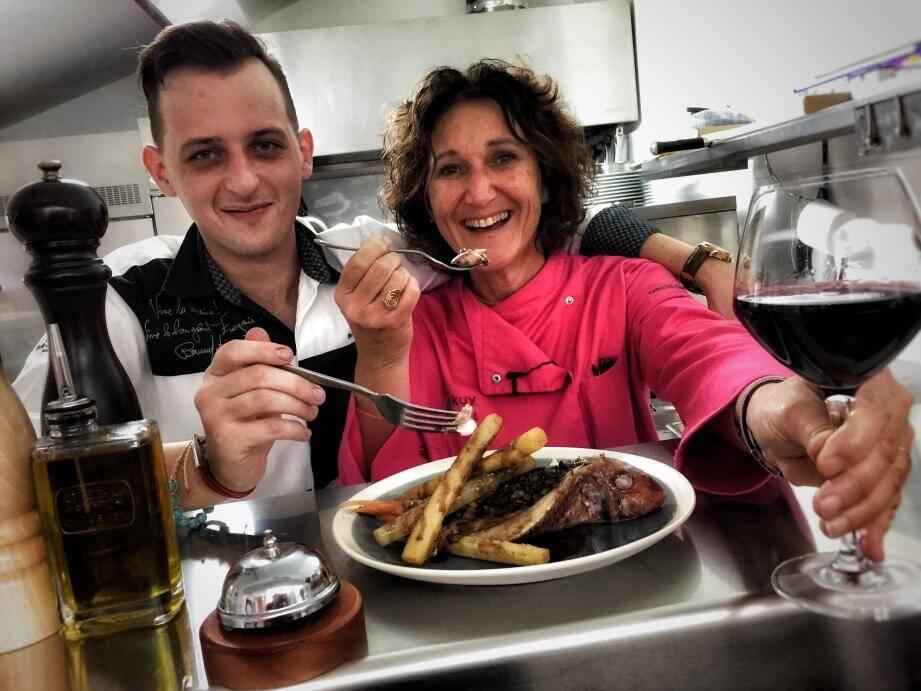 Mikuy et Benjamin Painset en cuisine pour un repas à moins de 10 euros par personne.