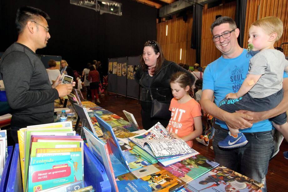 Le festival du livre jeunesse est l'occasion de découvertes en famille. (PhotoE.O.)