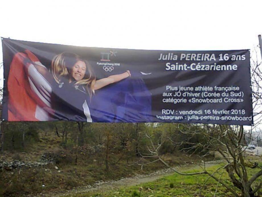 Le village a affiché sa fierté ! Ci-contre : pour Éric Etrillard, la jeune sportive est un bel exemple pour tous les jeunes. Eder, la jeune caissière et ses clients évoquent l'incroyable performance de Julia.