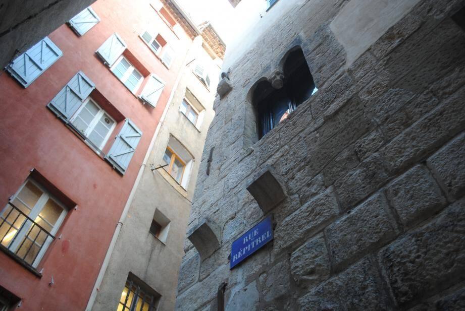 Les habitants craignent que des mouvements dans la structure de l'édifice fraîchement rénové et à proximité immédiate de la partie effondrée en 2015 ne soient à l'origine de la chute de la colonne.