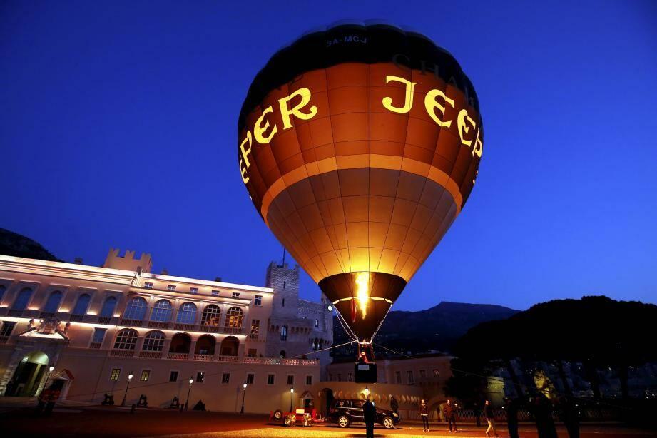 Une montgolfière écolo a effectué un vol d'essai sur la place du palais à Monaco, dès les premières heures de l'aube.