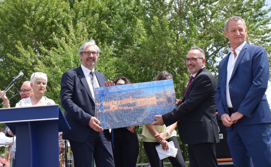 Le maire Patrick Boré a remis un beau cliché du Port-Vieux au proviseur du lycée Pitagora-Croce de la ville jumelle de Torre Annunziata.