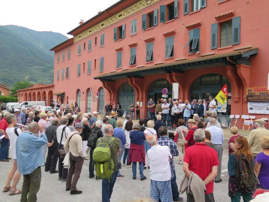 Un public nombreux écoutait attentivement les discours.