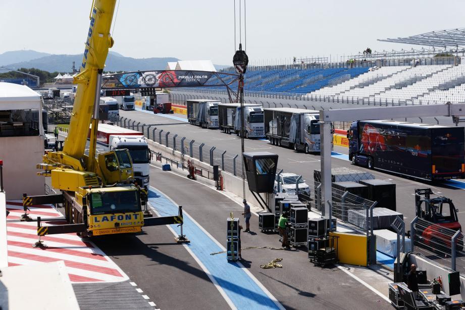 Les ouvriers ont pris possession du circuit depuis plusieurs jours pour donner à ce Grand Prix de France un caractère exceptionnel.