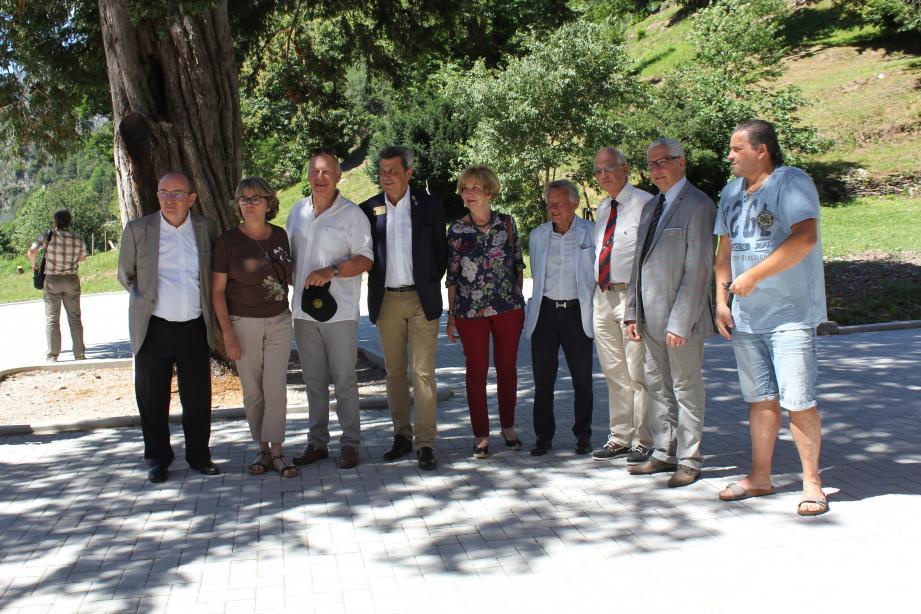 En haut, Christine Scaramozzino (2e à gauche) entourée des membres du Rotary, qui ont contribué au financement de la fabrication des meubles pour le château de la Causega.