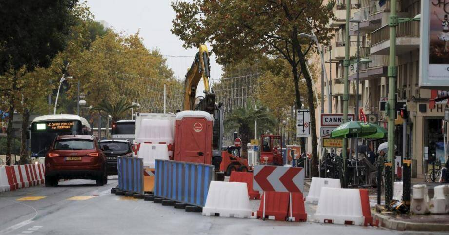 Les pelleteuse se sont attaqués aux trottoirs, face au lycée Carnot, où elles resteront localisées jusqu'au 30 novembre.