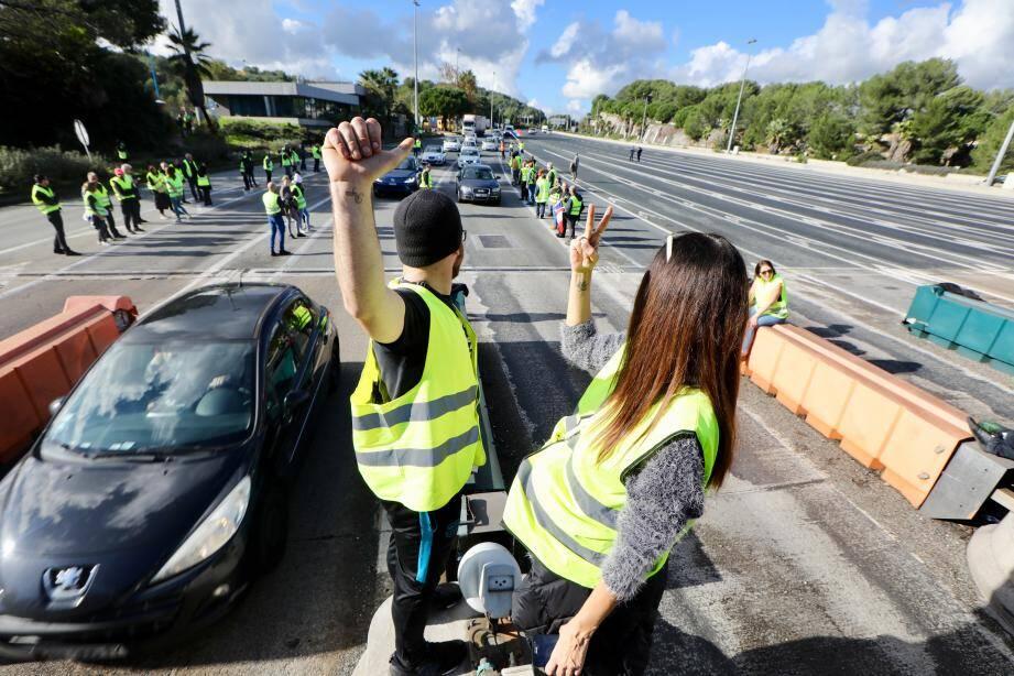 Les manifestants ont investi 4 voies de la barrière de péage d'Antibes le temps d'une opération péage gratuit.