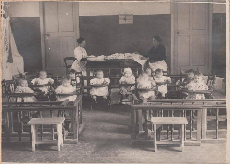 Infirmières et blessés à l'Hôtel Royal à Nice,  devenu l'hôpital N°155 bis. (© Musée du Service de Santé des Armées au Val de Grâce)