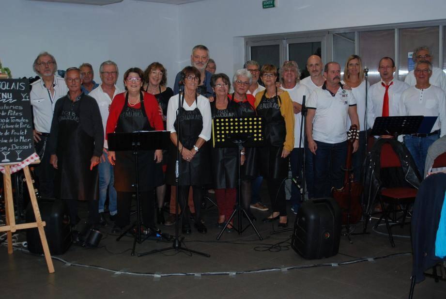 Les responsables d'AVF entourés du groupe  qui a assuré l'ambiance  musicale de la soirée.