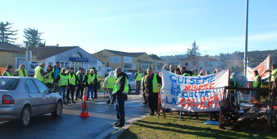 Dès neuf heures les gilets jaunes sont en action et reçoivent des consignes strictes des gendarmes.
