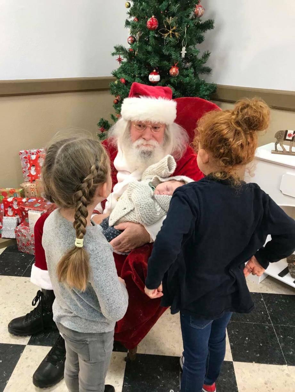 Des enfants en grande discussion avec le Père Noël.