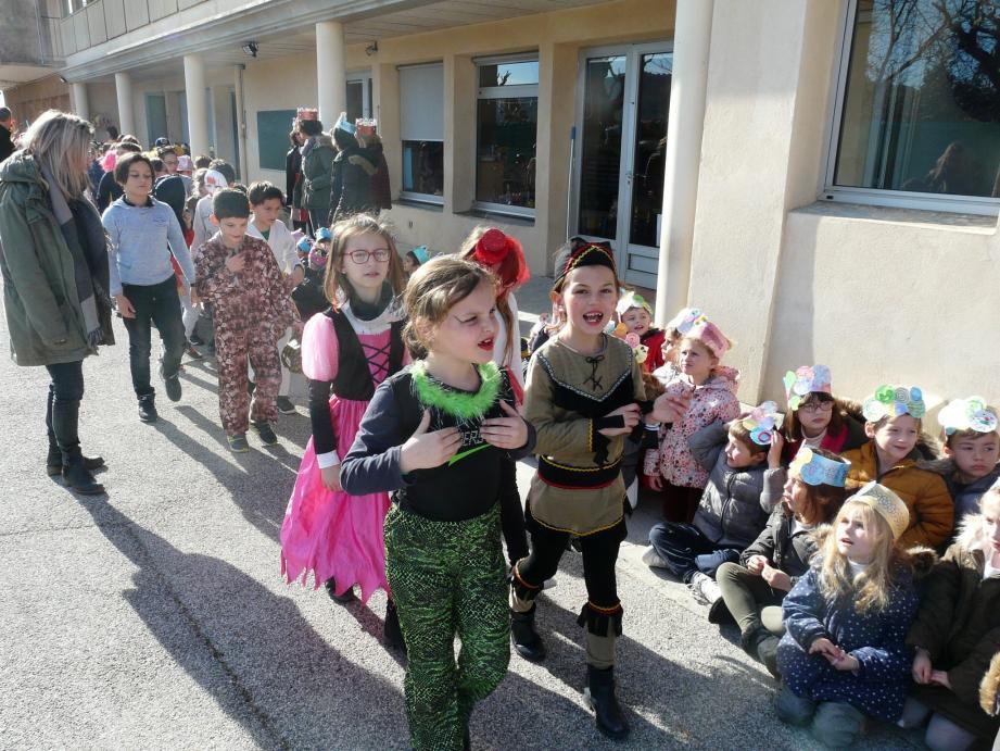 L'après-midi a commencé avec un défilé devant les petits de la maternelle. Enfants et enseignants ont revêtu leurs costumes pour fêter le carnaval.