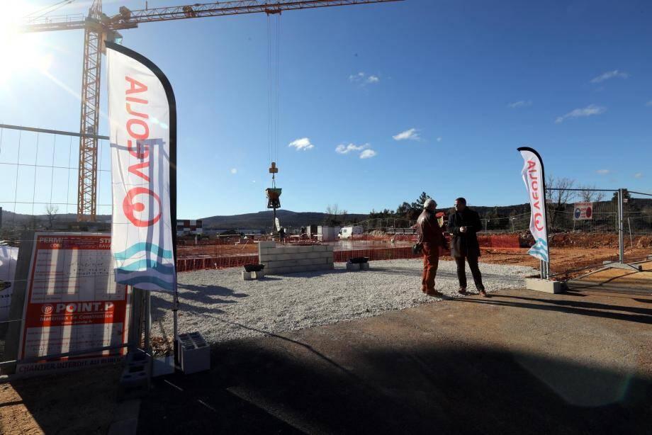 Les ouvriers n'ont pas attendu la cérémonie de pose de la première pierre pour attaquer le chantier. Hier, les opérations de coulage de la dalle de béton se sont poursuivies durant les allocutions.