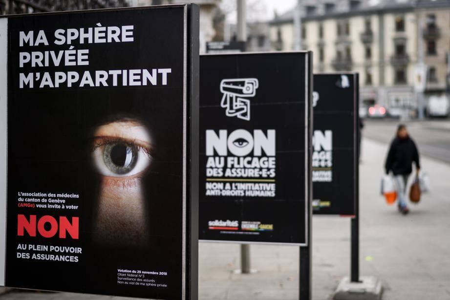 Campagne dans les rues de Genève avant le réferendum en novembre 2018, les citoyens sont appelés à se prononcer sur un texte qui durcit la surveillance des assurés.