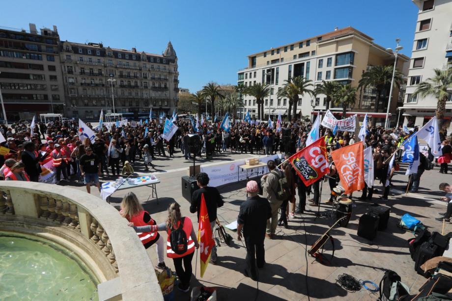 Parents et enseignants du Var unis sur la place de la Liberté, à Toulon.