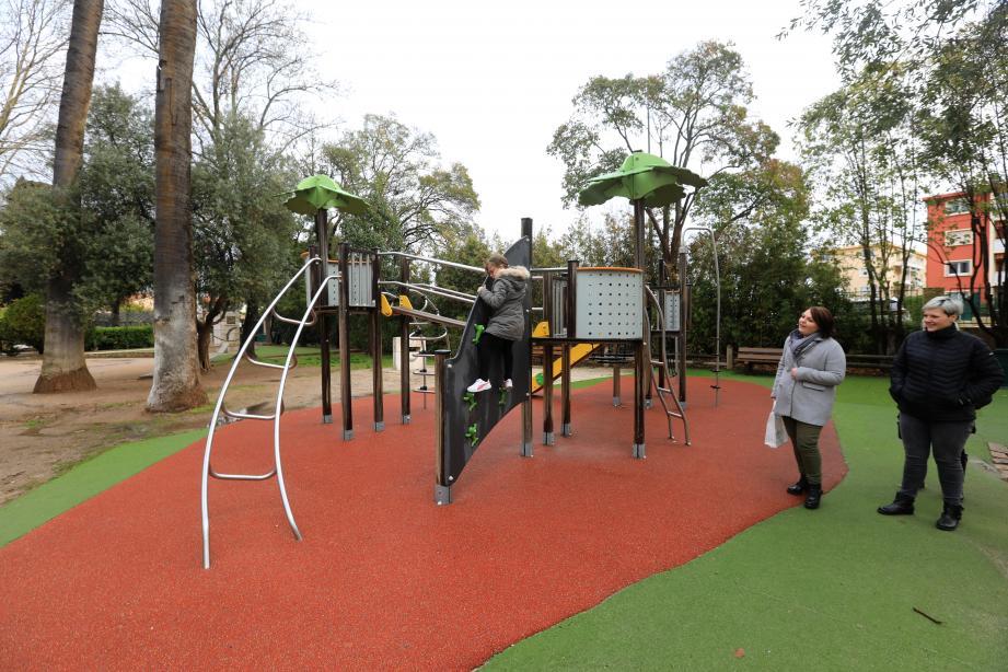 D'ici le printemps, les enfants qui jouent dans le parc Cravéro doivent découvrir une nouvelle balançoire.