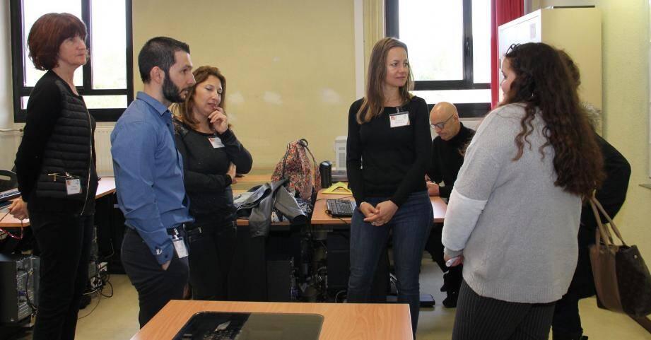 Des professeurs de lettres, histoire et langues dialoguent avec leurs futurs élèves.