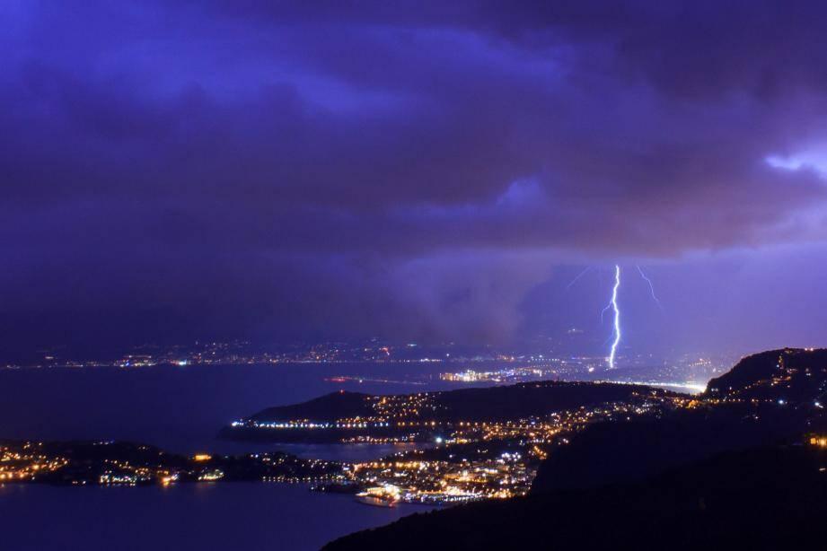 Photographie d'un impact de foudre à l'ouest de Nice, le 2 février. Photo Anthony Brunain