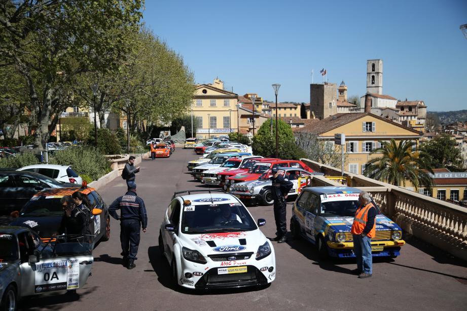 Toujours un spectacle haut en couleurs sur le Cours avec les véhicules du rallye.